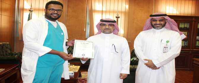سعادة د. الخضيري يهنئ الطالب المخترع الفائز بالمركز الثاني في معرض سيول الدولي